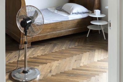 Smalle donkere houten visgraat vloer