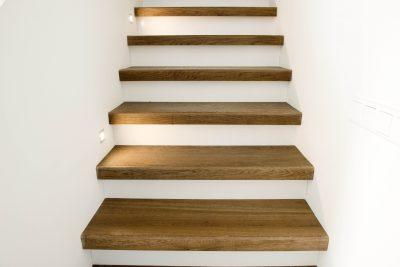 Trap met massief houten traptreden