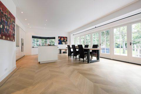 Licht houten parket vloer visgraat motief