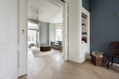 Massief houten vloer doorlopend in woonkamer